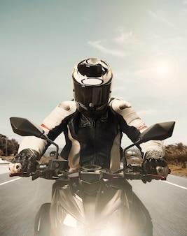 Vista frontale del motociclista che accelera