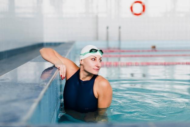 Vista frontale del nuotatore che osserva via
