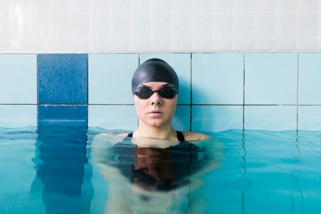 Vista frontale del nuotatore femminile