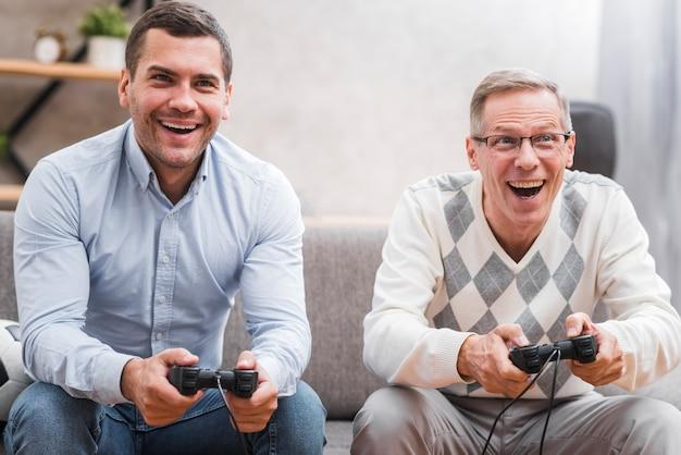 Vista frontale del padre e del figlio che giocano con la leva di comando