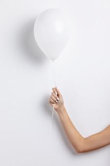 Vista frontale del palloncino tenuto in mano
