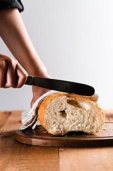 Vista frontale del pane del taglio manuale