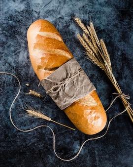 Vista frontale del pane su sfondo nero