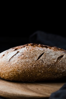 Vista frontale del pane sul chopeper con sfondo nero