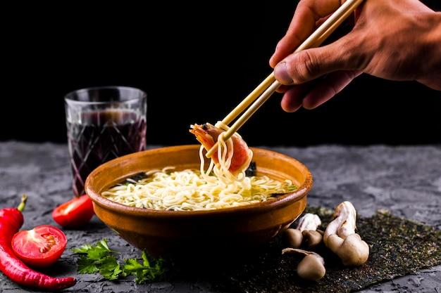 Vista frontale del piatto asiatico delle tagliatelle del gamberetto