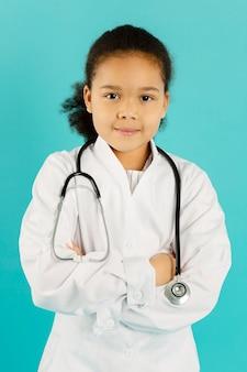 Vista frontale del piccolo medico afroamericano