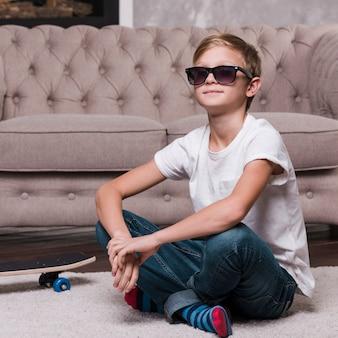 Vista frontale del ragazzo con gli occhiali da sole