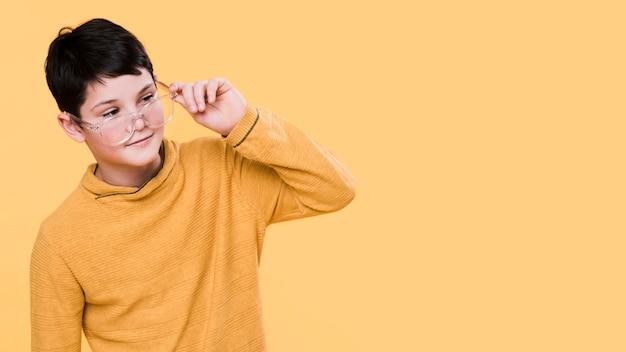 Vista frontale del ragazzo moderno con lo spazio della copia