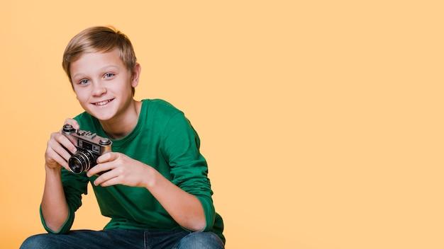 Vista frontale del ragazzo sorridente che osserva via con lo spazio della copia