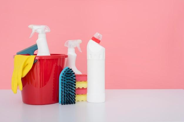 Vista frontale del secchio con prodotti per la pulizia e copia spazio