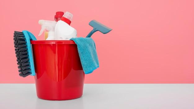 Vista frontale del secchio con soluzioni detergenti e spazio di copia