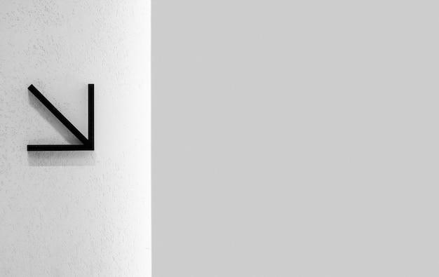 Vista frontale del segno della freccia con lo spazio della copia