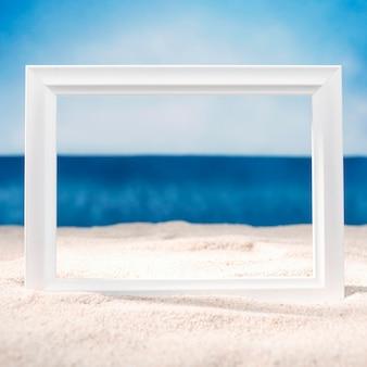 Vista frontale del telaio sulla spiaggia