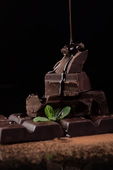 Vista frontale del versamento della salsa di cioccolato