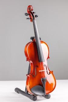 Vista frontale del violino su grigio
