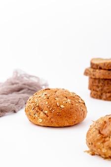 Vista frontale deliziosa delle fette del pane e del panino