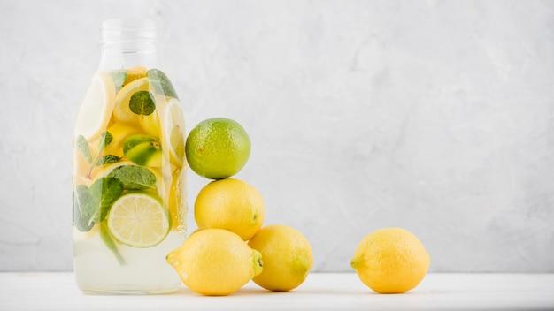 Vista frontale deliziosa limonata fatta in casa