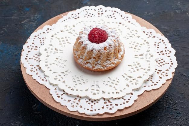 Vista frontale deliziosa torta con crema e lampone rosso sul biscotto di frutta torta superficie scura