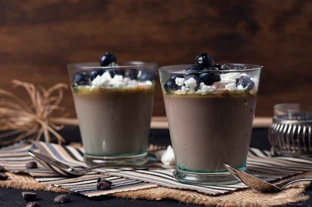 Vista frontale deliziose tazze di mousse al cioccolato