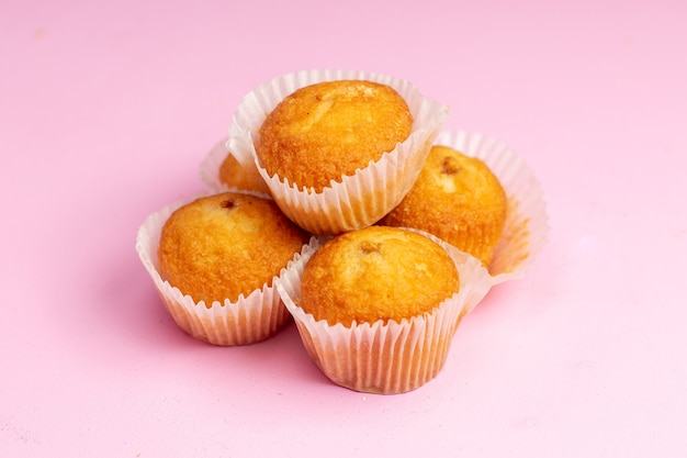 Vista frontale deliziose torte con ripieno di frutta sullo sfondo rosa torta biscotto biscotto dolce zucchero tè