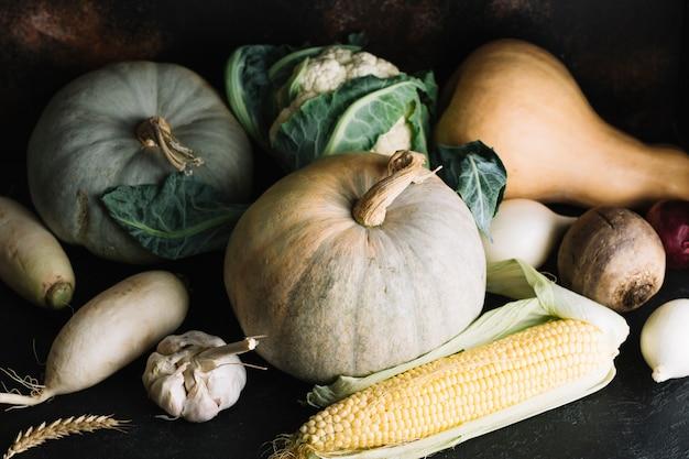 Vista frontale dell'assortimento degli ingredienti di verdure