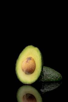Vista frontale dell'avocado con pozzo e copia spazio