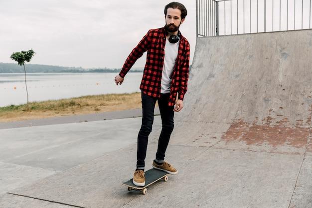 Vista frontale dell'uomo a skate park