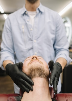 Vista frontale dell'uomo al barbiere