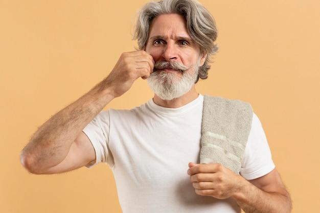 Vista frontale dell'uomo anziano con barba e baffi