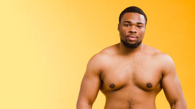 Vista frontale dell'uomo atletico senza camicia con lo spazio della copia