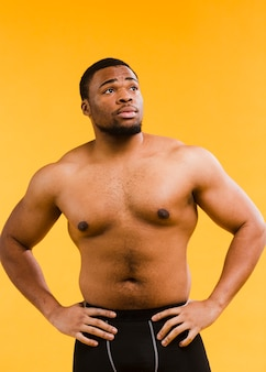 Vista frontale dell'uomo atletico senza camicia