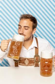Vista frontale dell'uomo che beve birra