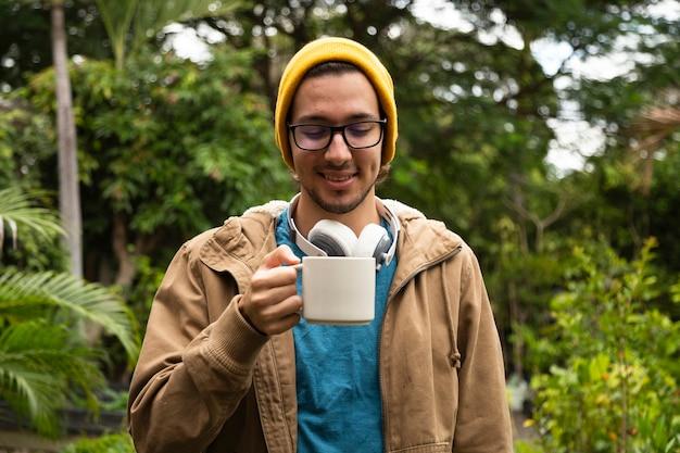 Vista frontale dell'uomo che beve caffè