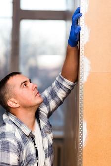 Vista frontale dell'uomo che lavora nella costruzione