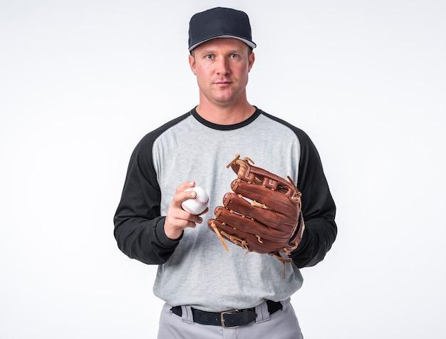 Vista frontale dell'uomo che posa con il baseball e il guanto