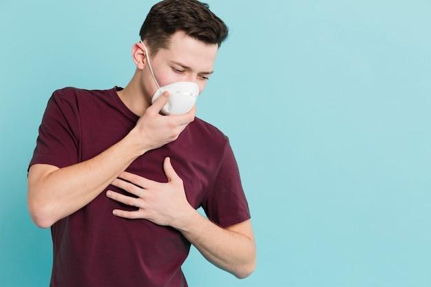 Vista frontale dell'uomo con coronavirus che presenta i sintomi