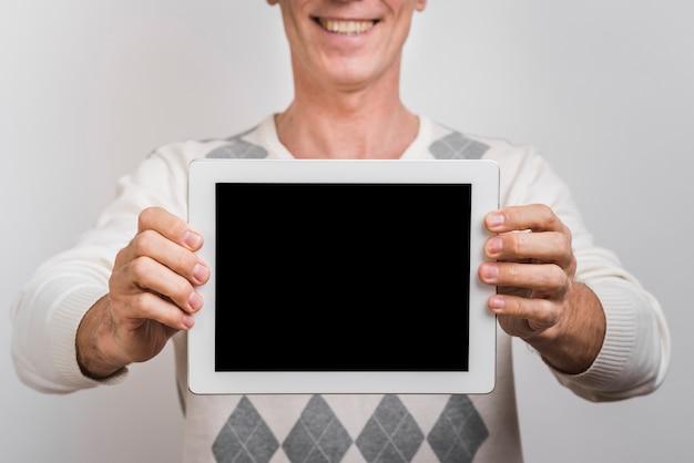 Vista frontale dell'uomo con il tablet