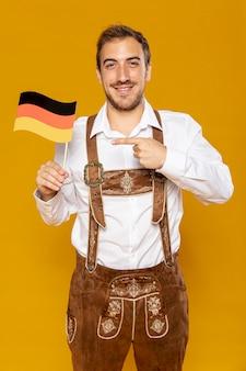Vista frontale dell'uomo con la bandiera tedesca