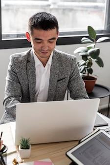 Vista frontale dell'uomo d'affari alla scrivania