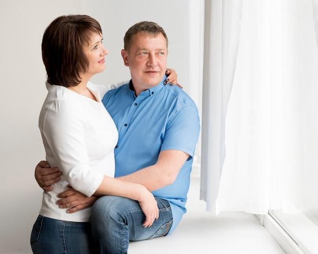 Vista frontale dell'uomo e della donna adorabili