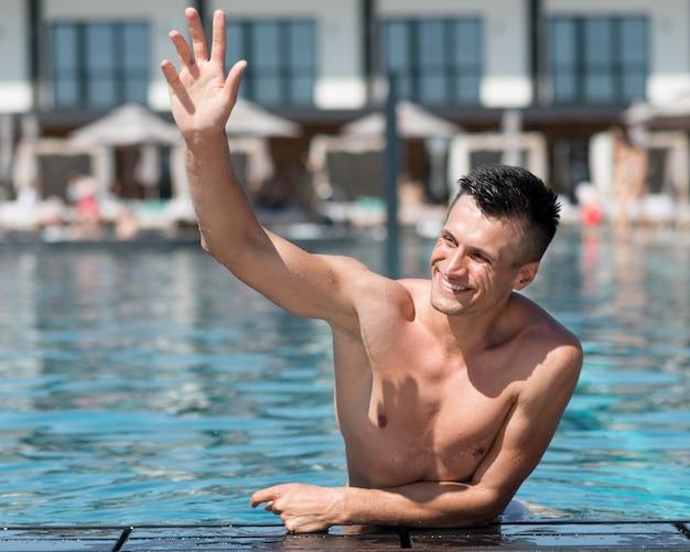 Vista frontale dell'uomo in piscina