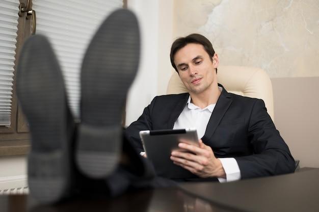 Vista frontale dell'uomo in ufficio