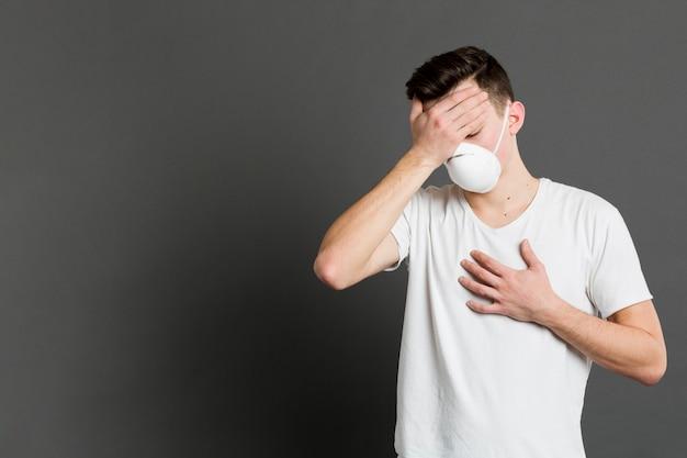 Vista frontale dell'uomo malato che presenta i sintomi del coronavirus