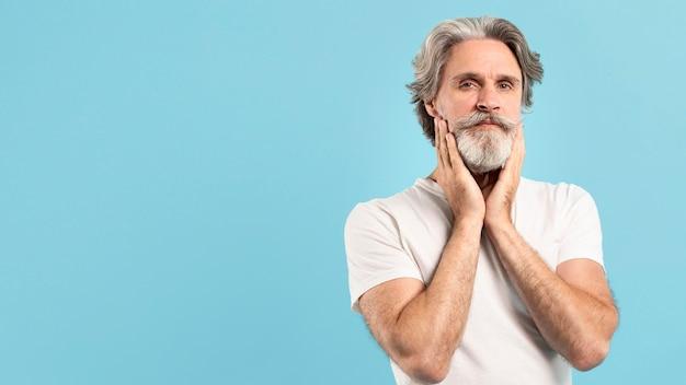 Vista frontale dell'uomo senior barbuto con lo spazio della copia