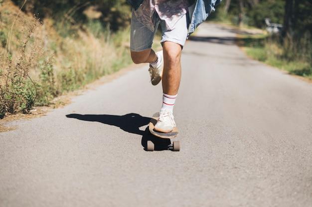 Vista frontale dell'uomo skateboard