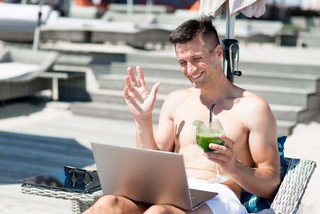 Vista frontale dell'uomo sorridente alla spiaggia