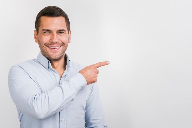 Vista frontale dell'uomo sorridente con lo spazio della copia