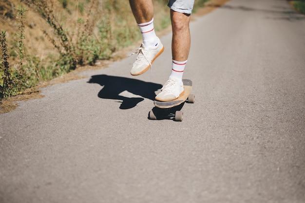 Vista frontale dell'uomo su skateboard