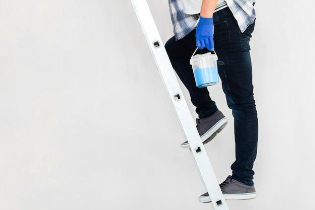 Vista frontale dell'uomo sulle scale con lo spazio della copia
