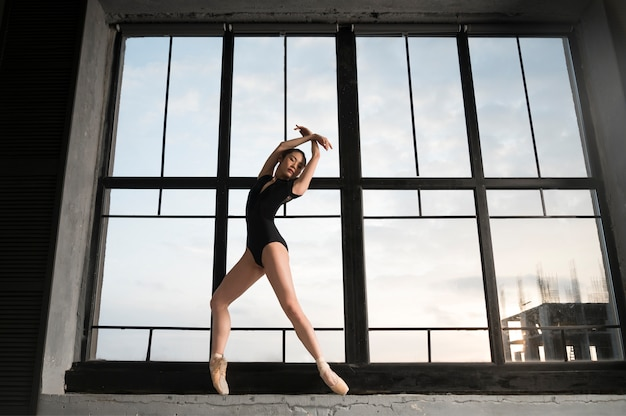 Vista frontale della ballerina in body body